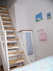 steile treppe ins dachgeschoss im kinderzimmer haus. Black Bedroom Furniture Sets. Home Design Ideas