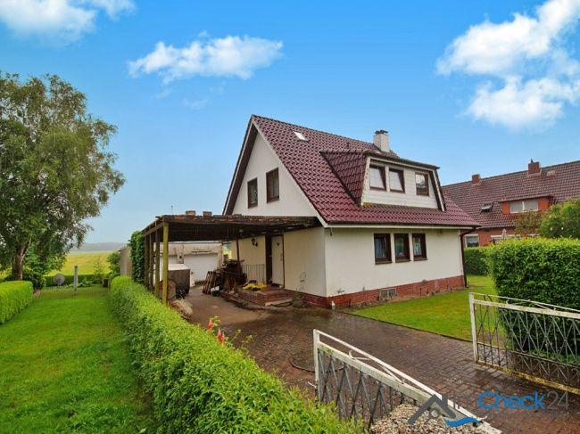 Einfamilienhaus von der Straße aus mit Blick auf die Haustür.