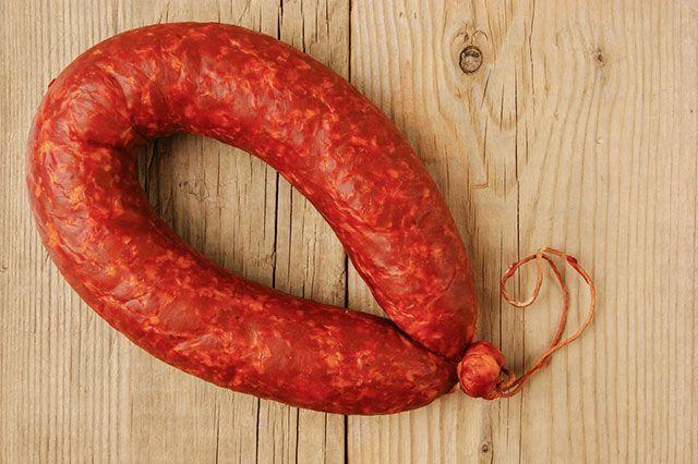 Экспертиза популярного сорта колбасы выявила в продукте нарушения ГОСТа, наличие рисового крахмала и даже манки.