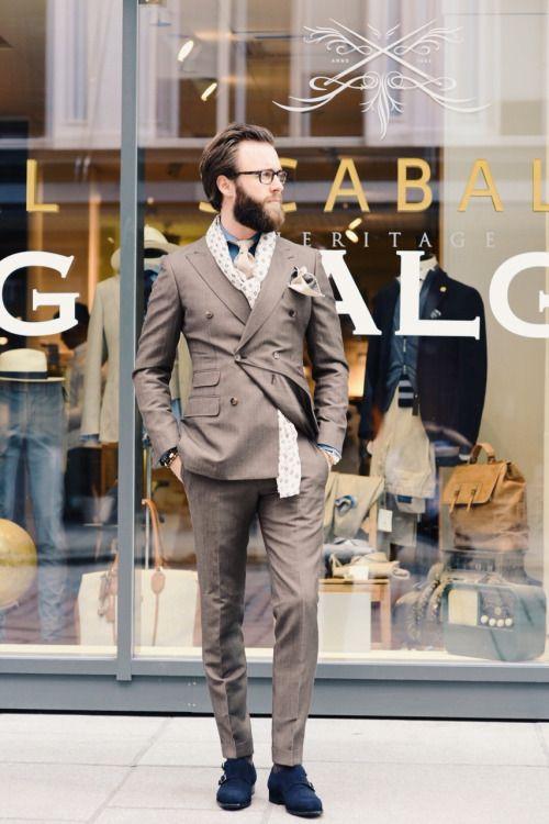 2015-10-23のファッションスナップ。着用アイテム・キーワードはグレースーツ, シャツ, スーツ(シングル), デニム・ダンガリーシャツ, ネクタイ, ポケットチーフ, メガネ, モンクストラップ,etc. 理想の着こなし・コーディネートがきっとここに。  No:118770