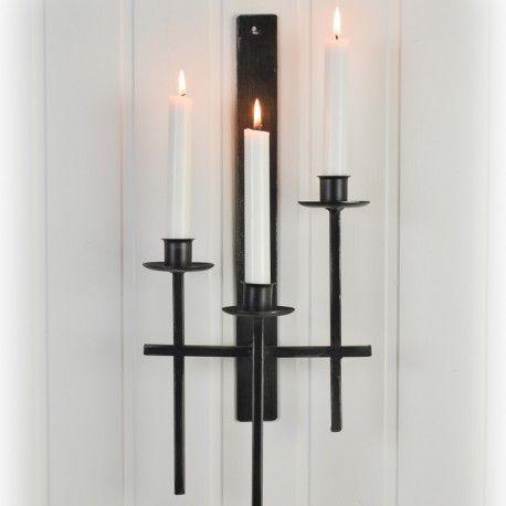 Mycket fin antikbehandlad ljuslampett i metall i en brungrå ton. Lampetten har tre ljushållare avsedda för vanliga kronljus.