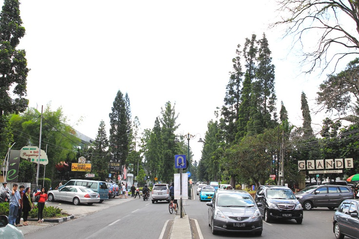 The street of Dago is Bandung's corridors of shopping paradise, and on the weekend it is the gathering point of various communities around the city.