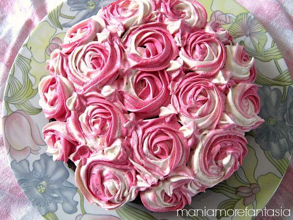 Questa torta al cacao decorata con rose di ganache al cioccolato bianco è molto semplice da realizzare, ed è perfetta per la festa della mamma. Provateci.