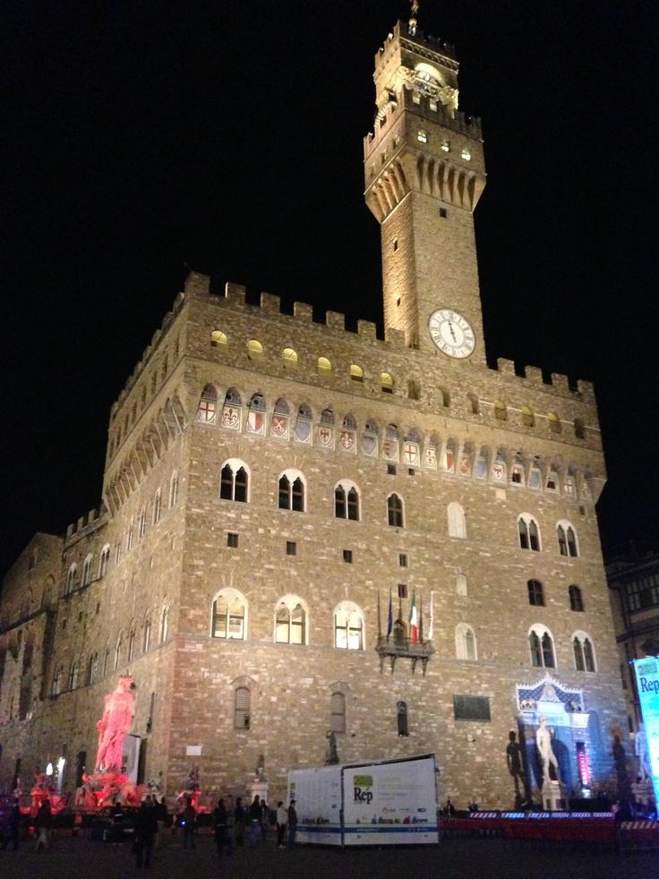Πλησιάζοντας στο επιβλητικό Palazzo Vecchio για να συναντήσουμε τον Dan Brown και να ανακαλύψουμε τα μυστικά του #INFERNO ~ 4/6/2013