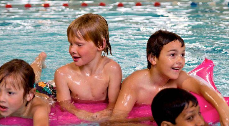 Zwembad Sonsbeeck: Bij dat recreatiebad horen twee grote glijbanen, waar je kinderen naar hartelust kunnen spelen. Ook is er de Crazy River, een leuke wildwaterbaan met een stroomversnelling die zowel binnen als buiten stroomt. Voor de kleintjes is er een apart peuterbadje met een kleine glijbaan.  Plan nu je dagje uit in een van deze prachtige zwembaden @ www.streekweb.nl