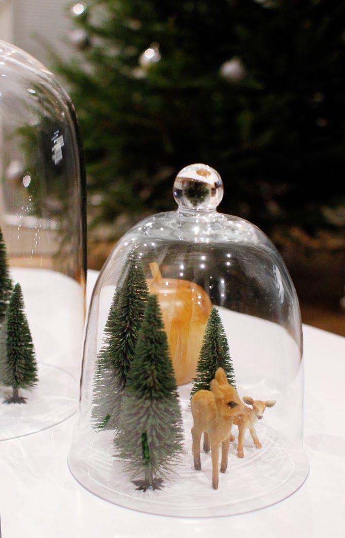 Echte kersttaferelen onder glazen stolpjes, ook leuk als tafeldecoratie!