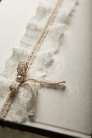 Μένη Ρογκότη - Βιβλίο ευχών γάμου ντυμένο με γάζα διακοσμημένο με δαντέλα