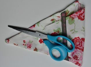schaarhoes zelf maken, veilig voor in de tas. zie www.creatief-met-labels-en-lint.nl voor aanwijzingen, en bestel het lint op nominette.nl.