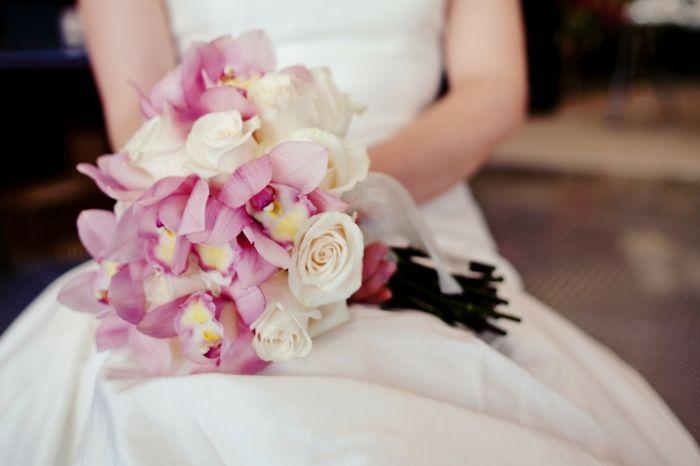 brautstrauß frische blumen rosen rosa orchideen hochzeitskleid