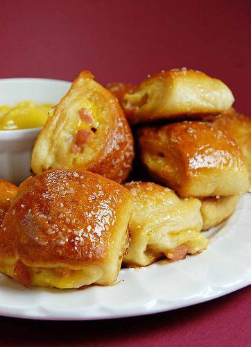 Los saladitos son esos deliciosos bocaditos rellenos que venden en las panaderías y pastelerías especializadas. Son un aperitivo exquisito para las fiestas infantiles y cumpleaños, ya que tiene