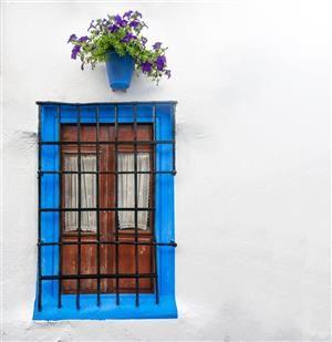 Blau gestrichene Blumentöpfe und Fensterrahmen findet man in vielen andalusischen Dörfern. Blumen werden gern dekorativ an die Wand genagelt. http://www.ferienwohnungen-spanien.de/Almeria-Provinz/artikel/zeitreise-durchs-hinterland-wandern-in-der-sierra-filabres
