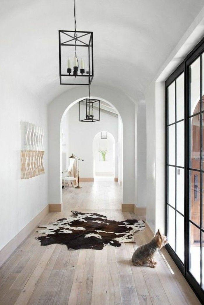 couloir en bois clair, tapis en peau d animal, couloir chic style industriel