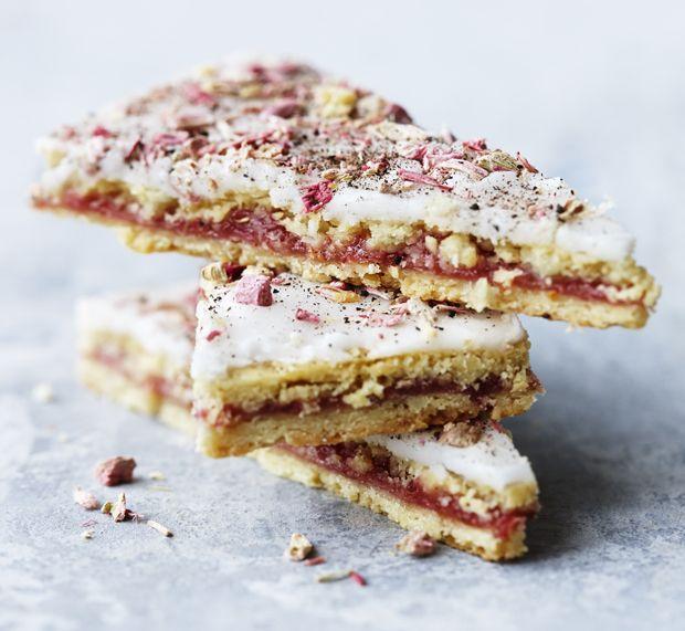 De klassiske kager er slet ikke at kimse ad - specielt ikke, når de laves i en opdateret version! Få her opskriften på søde rabarbersnitter med lakrids og frysetørrede bær.