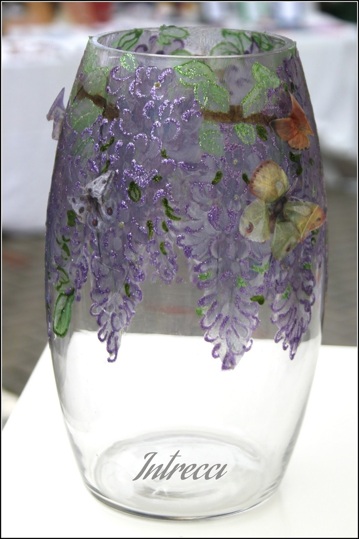 Vaso alto in vetro, decorato con applicazioni decoupage e ST, raffiguranti il glicine e poi glitterato.