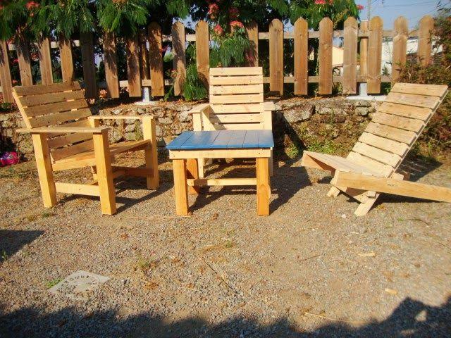 Sillas para el patio y hamacas para tomar el sol muebles for Muebles de madera para patio