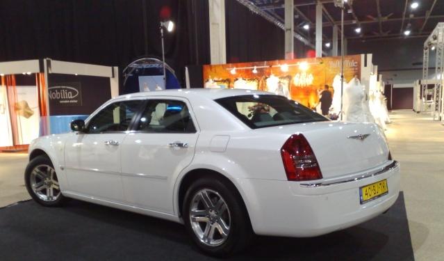 Nog een foto van 1 van onze parelmoer witte Chrysler 300C trouwauto's op de Love and Marriage beurs. http://www.trouw-auto-huren.nl