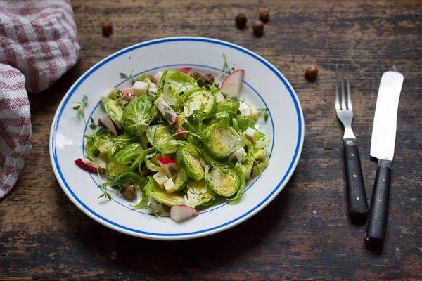 ripaus ja hyppysellinen - kasvisruokablogi : Rapsakka ruusukaalisalaatti
