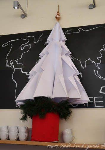Christbaum Alternative aus Papier. Nachhaltiger Weihnachtsbaum. Tannenbaum aus Papier selbst basteln. DIY-Christbaum.