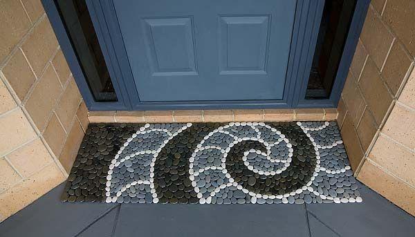 石でできた玄関マットは、滑り止めシートを適当な大きさに切り石を並べながら接着していくだけ。