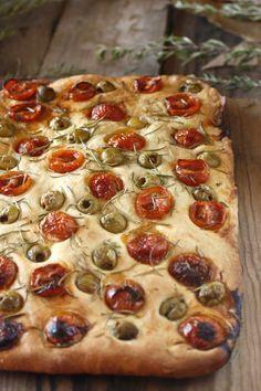 Focaccia de aceitunas, tomate y romero                                                                                                                                                                                 Más
