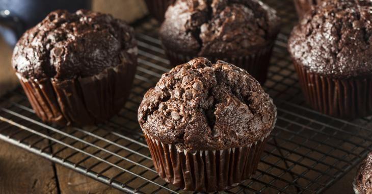 Zéro culpabilité, un muffin chocolaté fait de compote de pommes et de yogourt à la vanille!