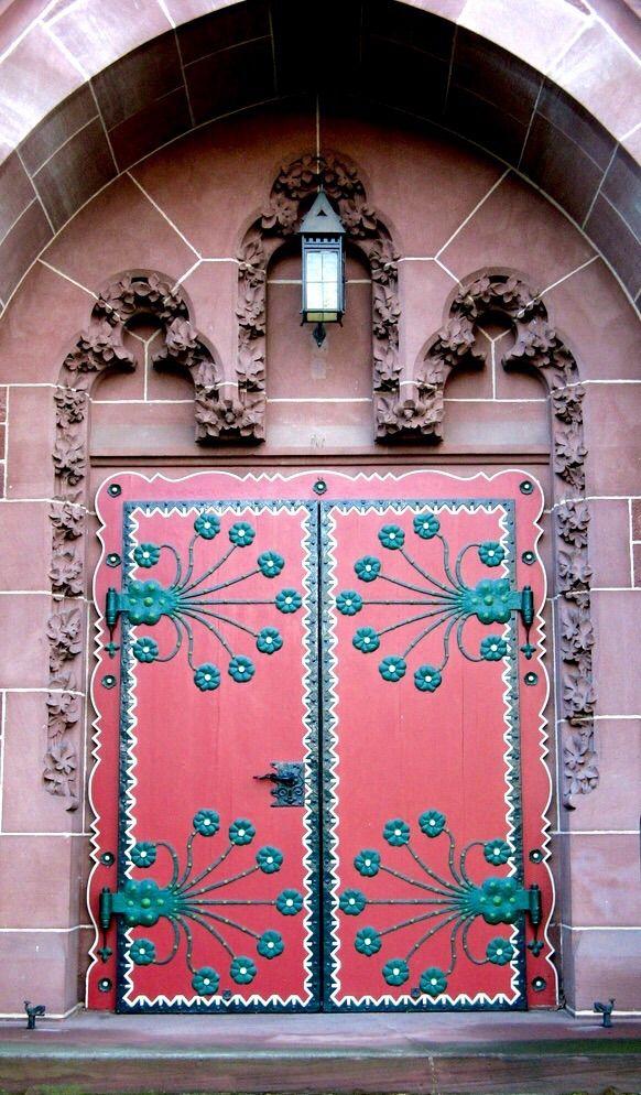 Bela porta cor-de-rosa em  Wiesbaden, Hesse, Alemanha.