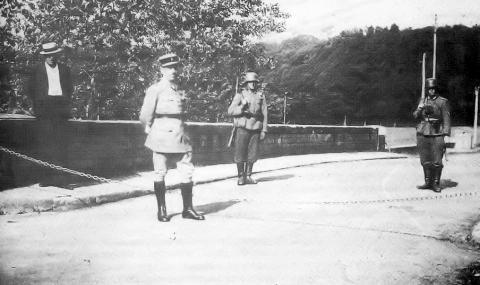 La frontière provisoire en juin 1940 à Chasseneuil. Le chef de gendarmerie Jean Gayot est placé devant la chaîne en « zone libre ». Les allemands sont en « zone occupée » sur le pont « la Bonnieure ».