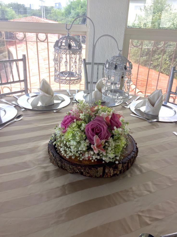 Centro de mesa en tronco con flor natural jaulas arreglo - Centros para decorar mesas ...