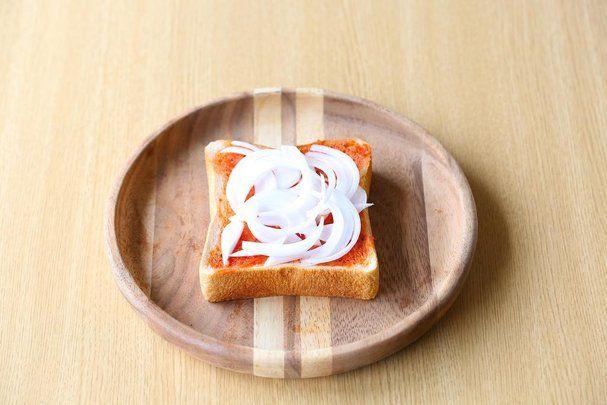 【nanapi】 こんにちは、料理研究家の河瀬璃菜です。いま、昔懐かしい「純喫茶」のノスタルジックで温かい空間が、若者にも人気となっているのをご存知でしたか?今回は、自宅でも簡単に純喫茶の雰囲気を味わえる、たっぷり具材をのせた「ピザトースト」のレシピを紹介します。普通のカフェでは味わえない、SN...
