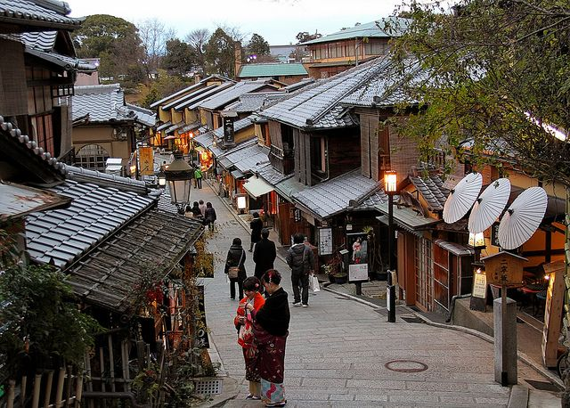 Higashiyama, Kyoto…the historic shopping district  Japan ...
