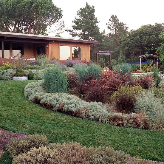 jardin sur une pente fleurs sur le sol revêtement en bois maison