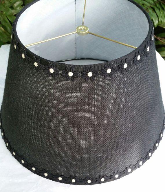 Abat-jour en toile de jute, Marguerite noire garniture, décontracté lampe ombre, ruban gros-grain noir, dessus rondelle en laiton, fait à la main personnalisé, forme Empire, décoration d'intérieur