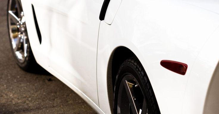 Cómo quitar la telaraña de la pintura de mi auto. La telaraña es un defecto de la capa clara de pintura que se nota bajo luz solar directa. No se debe confundir con el resquebrajamiento en una superficie de fibra de vidrio, la cual requiere chapa y pintura. Una vez que se localiza la telaraña, puede ser reparada reconstruyendo la capa a través del lavado y encerado.