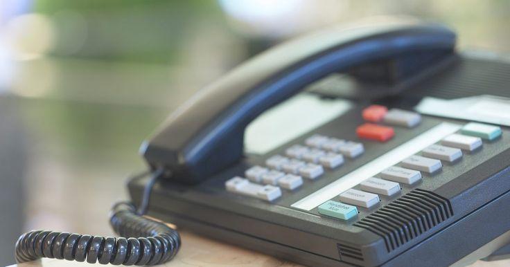 Cómo hacer un sistema de comunicación en tu hogar usando teléfonos. En lugar de gastar dinero comprando e instalando un sistema dedicado de comunicación, mucha gente comprar un sistema telefónico que también pueda servir como intercomunicador. Muchos sistemas telefónicos que son capaces de agregar teléfonos de estación en base pueden también configurar esos teléfonos para funcionar como intercomunicadores. El ...