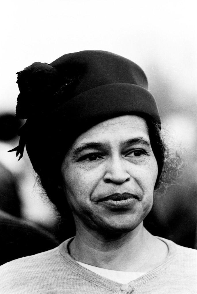 Rosa Louise McCauley Parks (1913-2005) - figure emblématique de la lutte contre la ségrégation raciale aux États-Unis, ce qui lui valut le surnom de « mère du mouvement des droits civiques » de la part du Congrès américain. Rosa Parks a lutté par la suite contre la ségrégation raciale avec Martin Luther King.