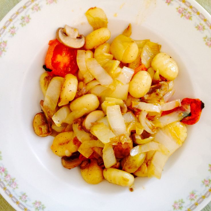 Gnocchi mit Chicorée, Tomaten und Champignons