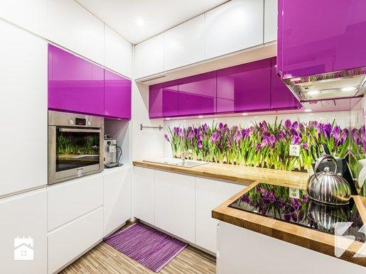 fioletowe szafki kuchenne i fototapeta w kwiaty w kuchni