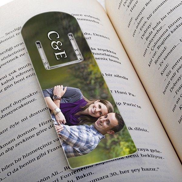 En büyük hobisi kitap okumak olan sevgilinize verebileceğiniz en güzel hediye seçeneği karşınızda! Üzerine sevgilinizle isminizin baş harflerini ve birlikte çekildiğiniz fotoğrafı bastırabileceğiniz bu kitap ayracını aşk konulu bir kitap eşliğinde hediye ettiğinizde sevgilinizi çok daha fazla mutlu edebilirsiniz.