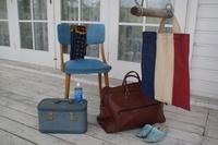 grijs gekalkte natuurvloer met witte muren en wit houtwerk, blauw, rood vintage kleuren sfeer stijl, met natuurhout bruine poten