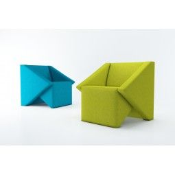 Linara Sofa Przewrotna geometria, pełna załamań i finezyjnych podziałów magnetyzuje, przyciąga uwagę i idealnie współgra z surową przestrzenią. Linara to propozycja dla pewnych siebie osób, ceniących nowoczesność i wygodę. Meble świetnie prezentują się w domowym salonie, jak i w przestrzeni publicznej - gra z geometrią uatrakcyjnia otoczenie, przykuwa uwagę, akcentuje ważne punkty przestrzeni.« Mak Studio