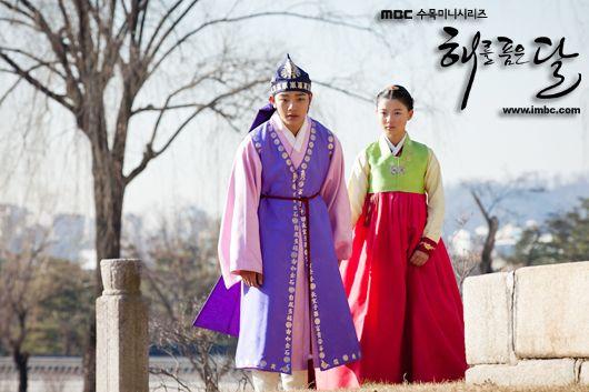 The Moon That Embraces the Sun, 2012 #kDrama #CostumeDrama ♥ Yeo Jin-goo as 15-year-old Lee Hwon and Kim Yoo-jung as 13-year-old Heo Yeon-woo