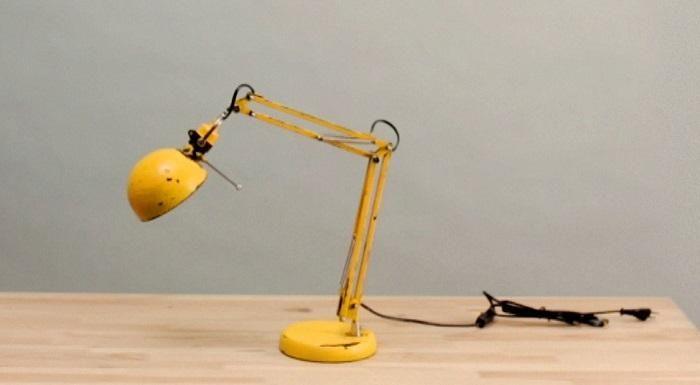 Descubrimos el paso a paso para pintar una lámpara de escritorio y conseguir un fantástico acabado envejecido.