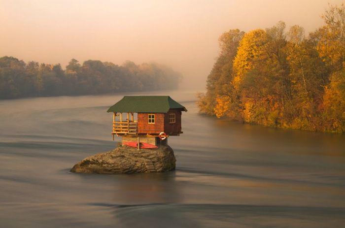 Домик на маленьком островке посреди реки.