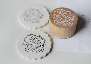 エンボスではなく、乾燥させた白粘土のタグにスタンプを押すアイディアも。色もデザインも、シンプルなものが映えますね。