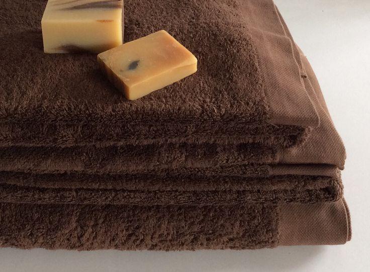 Coppia di teli doccia colore marrone con profilo in tinta.