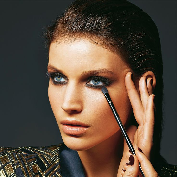 Nude ou sophistiqué, avec un smoking ou une petite robe noire, nos tutos spécial maquillage du soir
