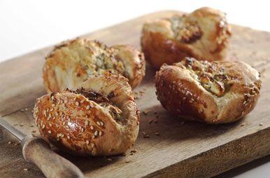 Turkse broodjes met yoghurt en fetakaas / Tags: idee recept lekker heerlijk origineel leuk gevuld gevulde vullen hartig creatief zout hartig hapje hapjes happen deeg picknick broodjes zachte krokante brunch lunch zelf maken homemade brood gemakkelijk simpel merk soezie bloem bloemmix bloemmixen bloemsoort bloemsoorten bakmix bakmixen meelsoort meelsoorten meel bakbloem bakken gebak original surprimaplus surprima-plus surprima pererselie kaas knoflook look komijn