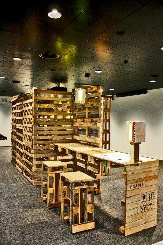 comptoir de magasin en palette banque d 39 accueil pinterest comptoir de magasin. Black Bedroom Furniture Sets. Home Design Ideas