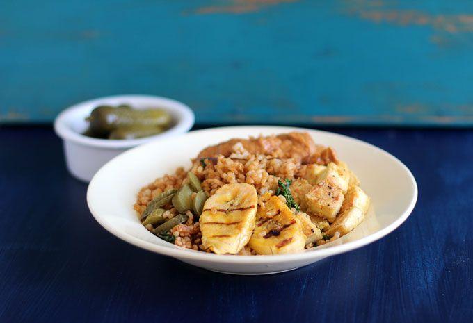 Vegan Comfort Food. Lekker eten voordat de Kerstdagen beginnen. Fried rice, satésaus, bakbanaan en knapperige tofu. Glutenvrij en vegan.