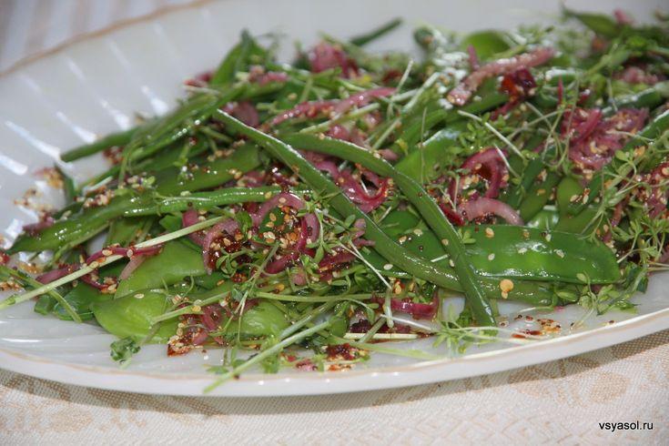 Летний салат со свежим зеленым горошком